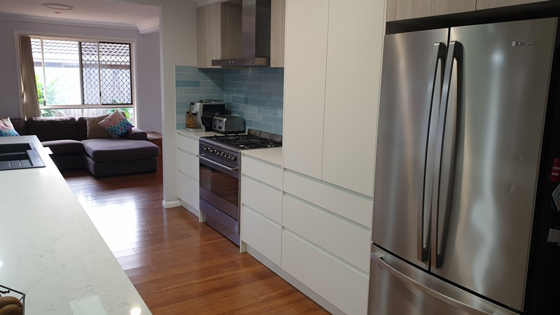 coastal kitchen with handlesless drawers